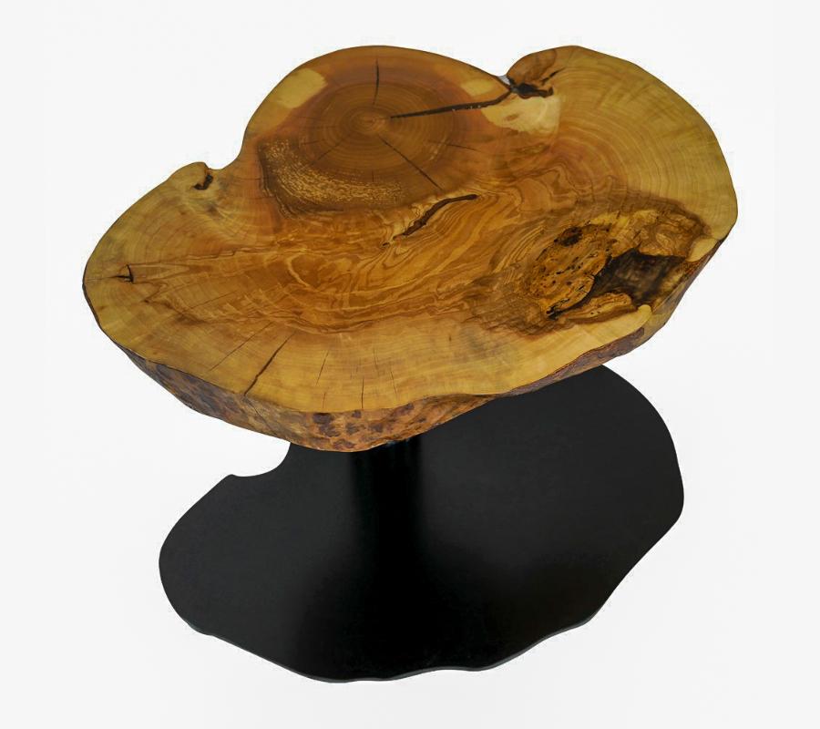 Couchtisch aus einer Eschen-Maserknolle, die Risse sind mit transparentem Epoxidharz ausgegossen. Das schwarz-pulverbeschichtete Fußgestell hat die gleiche Form wie die Scheibe und steht auf einem Stahlrohr.