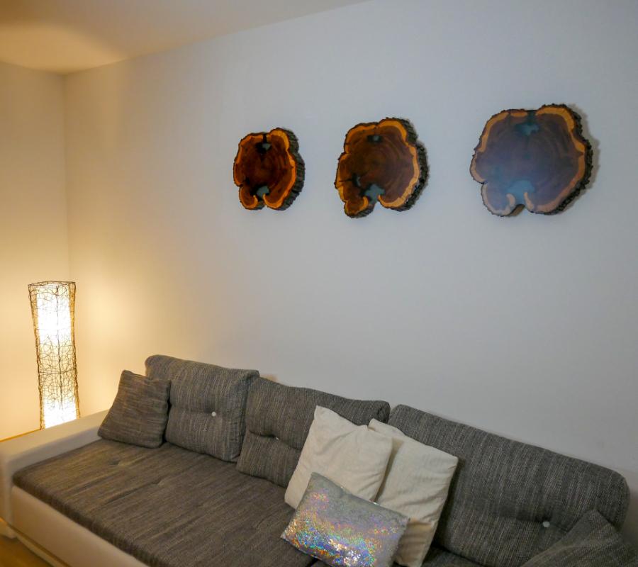 Wandbilder in Zwetschke, Risse mit schwarz-transparentem Epoxidharz ausgefüllt und anschließend matt lackiert